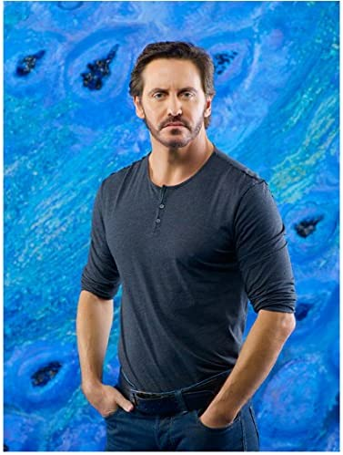 V With Charles Mesure As Kyle Hobbes Standing Hands In Pockets And Serious 8 X 10 Inch Photo At Amazon S Entertainment Collectibles Store