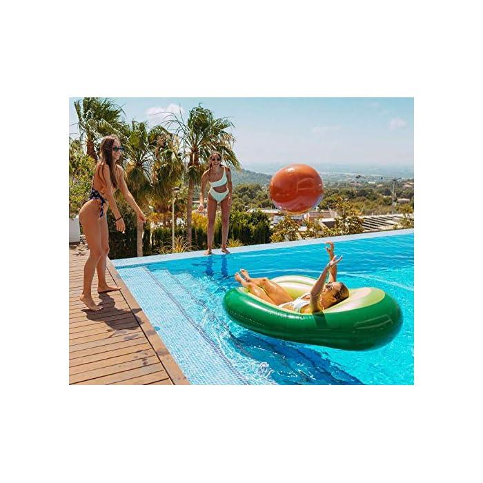 DISEÑO: Flotador aguacate gigante diseñado para la piscina y para la playa. Cuenta con una pelota hinchable incorporada al aguacate hinchable que hace referencia al hueso del aguacate. MATERIAL: El flotador aguacate gigante ha sido diseñado con material PVC N6P de máxima calidad que permite una mayor duración para tu flotador hinchable. VÁLVULAS: La colchoneta gigante aguacate para piscina cuenta con una válvula de doble apertura que permite un hinchado más rápido, máximo caudal y de no retorno.
