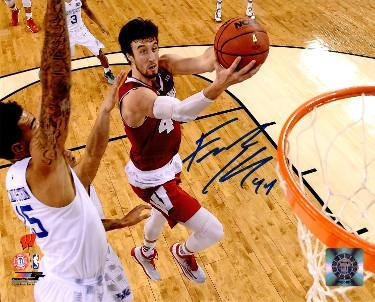 Autographed Kaminsky Picture - 8x10 #44 2015 Final Four Lay up vs Kentucky) - Autographed College Photos