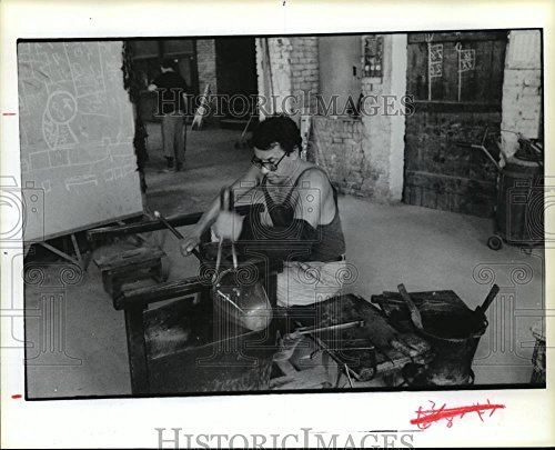 Venini Art Glass - 1986 Press Photo Craftsman at Work in Venini Glass Factory - hca26419