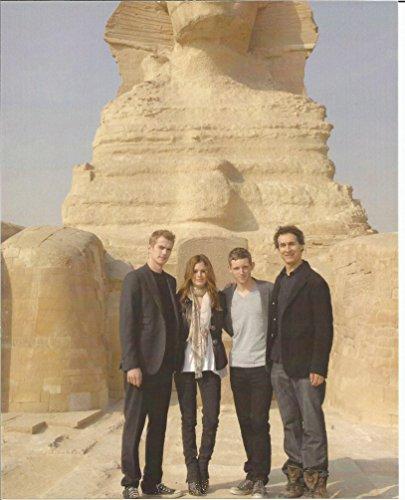 Jumper- 8 x 10 Promo Photo with Hayden Christensen, Rachel Bilson, Jamie Bell & director Doug Liman long shot with Sphinx - ()