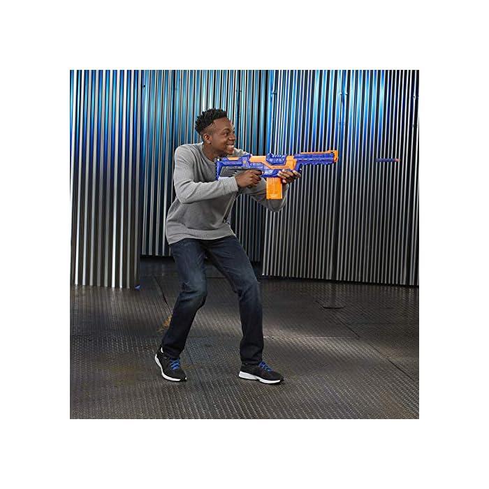 Personaliza la acción para estar listo para el combate Incluye una culata extraíble y una extensión de cañón para modificar el lanzador Viene con 12 dardos elite y un clip de 12 dardos