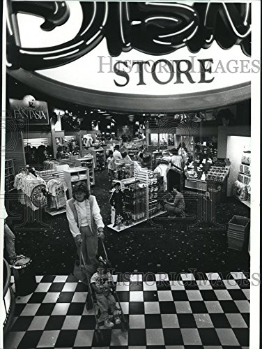 1990 Press Photo Shopping the Disney Store in Mayfair Mall, Wauwatosa, - Wisconsin Malls Shopping