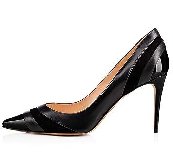 Zapatos un vestido negro para una boda