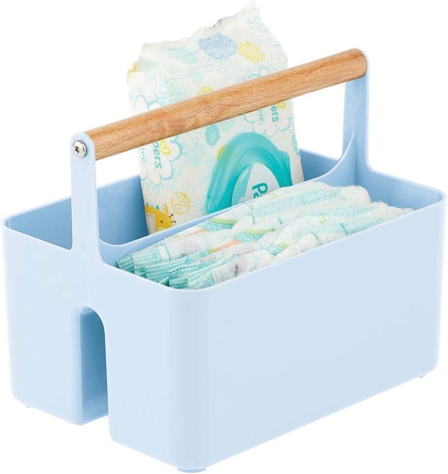 mDesign Cesta con asa para el cuarto del bebé – Caja organizadora de plástico sin BPA con asa de madera para biberones, pañales y más – Organizador de juguetes portátil con 2 apartados – azul claro