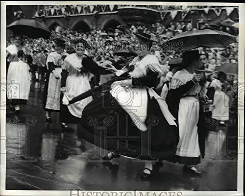 Historic Images - 1957 Vintage Press Photo Bavarian Girls Dancing at Oktoberfest, Munich Germany
