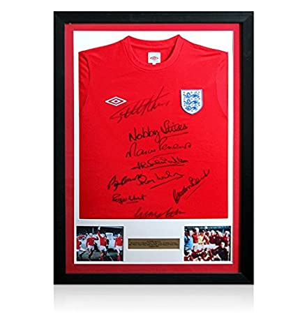 e4aa2b502e4 Framed 1966 England Shirt With 9 Autographs Of The World Cup Winning Team   Amazon.co.uk  Kitchen   Home