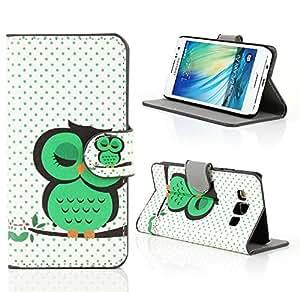 Kit Me Out ES ® Funda estampada apertura lateral cuero sintético + Cargador para coche + Protector de pantalla con gamuza de microfibra para Samsung Galaxy A3 - Blanco, Verde Búho durmiendo