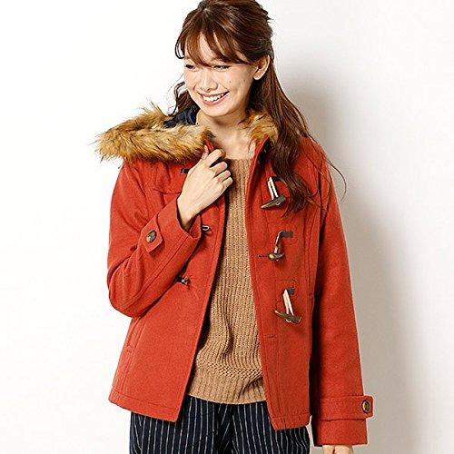 アースのレッドダッフルコートを着た女性