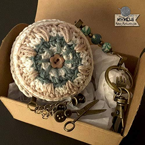 Llavero o colgante para bolso o mochila macaron crochet algodón verde, blanco y lino,
