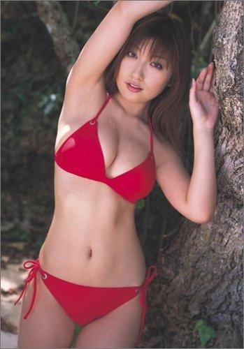 赤い水着の熊田曜子