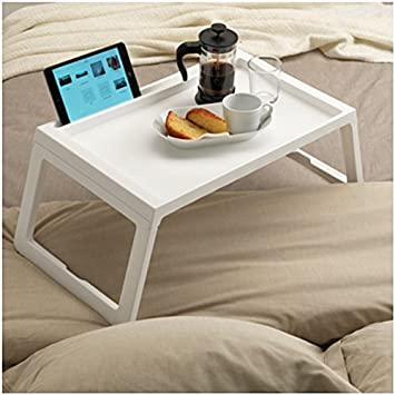 Bandeja de desayuno para llevar a la cama. Mesa para apoyar el desayuno o el