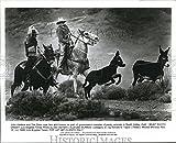 1985 Press Photo John Hiebica & Tim Zaun rope wild burros in Death Valley, Calif