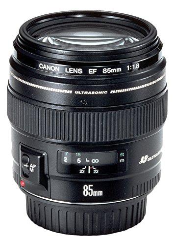Canon EF 85mm/ 1,8/ USM Objektiv.  Die Festbrennweite mit hoher Lichtstärke (Blende 1,8) ermöglicht das Fotografieren ohne Stativ und Blitz auch bei wenig Licht und und erlaubt die gezielte Steuerung der Schärfentiefe für kreative Effekte.