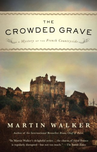 The Crowded Grave: A Mystery of the French Countryside (Bruno Chief Of Police Book 4) ()