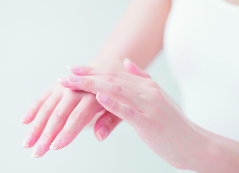 ハンドクリームを塗る手