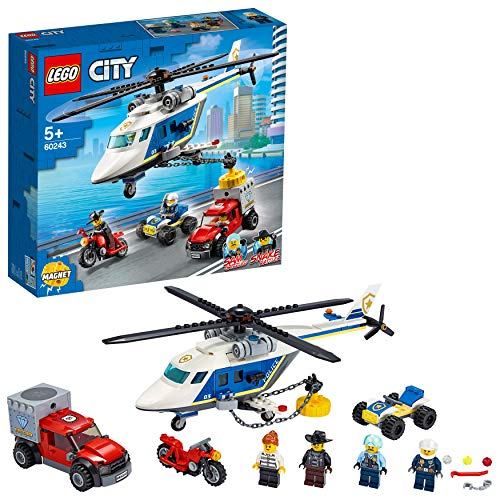 Este juego LEGO City (60243), con múltiples vehículos policiales, incluye un helicóptero de juguete con un potente imán para capturar objetos magnéticos, ¡incluido el vehículo en el que se dio a la fuga el ladrón! Un divertido juguete para niños a los que les guste la acción de persecuciones en coche. Juego con divertidos personajes como el héroe LEGO City de la tele, Sam Grizzled, un conductor de quad, el ladrón Snake Rattler y su cómplice. Si a estos personajes le sumas un helicóptero de juguete con un imán de captura, un camión de fuga y una moto, ¡la escena promete juego independiente y diversión sin límites! Los minicazadores de ladrones pueden elevar y transportar el vehículo en el que se fugó el ladrón aproximando el imán del helicóptero a la caja fuerte robada que se encuentra en la parte trasera del camión. El helicóptero tiene capacidad para montar a las 4 minifiguras.