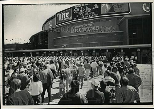 - Vintage Photos 1992 Press Photo Fans Wait in line at Stadium to Buy Brewers Tickets, Milwaukee.
