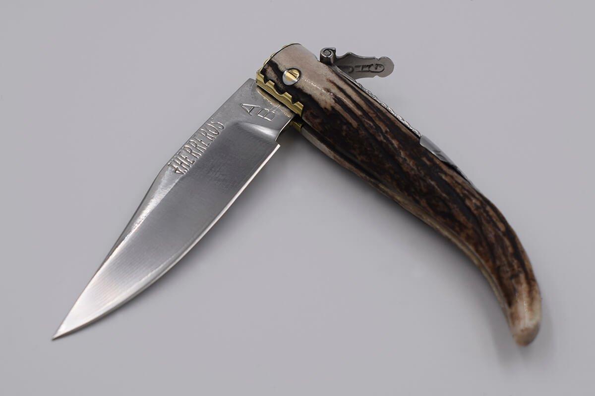 Couteau pliant classique d'Albacete fabriqué à partir d'un précieux bois de cerf avec une mitre intérieure