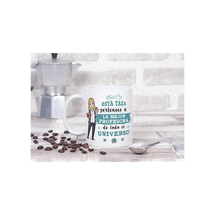 """Las tazas cerámicas de alta calidad como esta, son el mejor regalo para mujeres profesoras y maestras. El dibujo de la taza está hecho con una tinta sublime que la hace resistente para microondas y lavavajillas. Color blanco, 11 oz / 350 ml. Estas tazas regalo serán un recuerdo encantador y duradero ya sea de compañeros de clase, colegas de trabajo, hijos, amigos, padres… Qué mejor que desayunar juntos con esta Taza y decirle: """"Eres la mejor Profesora del Mundo"""" Una bonita y colorida taza para profesoras y maestras que… ¡también es multiusos! No hace falta comprar regalos demasiado sofisticados, pues aunque se denominen """"tazas de café"""" o """"tazas de desayuno"""", también se pueden usar para otros líquidos como té o incluso cerveza. Y valen para mucho más, por ejemplo se pueden usar como decoración (como un jarrón de porcelana china) Ideal como regalo para chicas profesoras y maestras: Tu súper profesora necesita pensar en sus alumnos favoritos todos los días. Pero… ¿no sabes cómo decirle """"gracias profe"""" o """"aprecio tu trabajo""""? Bueno, ¿qué mejor manera que con una taza para la Mejor Profe del Mundo? Nuestras tazas para regalo son sinónimo de buen precio, mensajes divertidos, colores vivos y calidad. Un regalo original único e inolvidable, resistente al uso diario"""