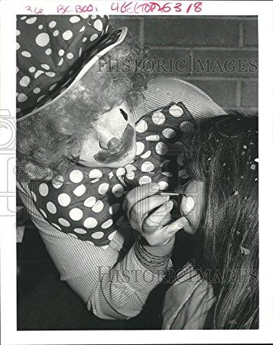 1987 Press Photo Karen Saghebi paints face of Susan Gabb during Halloween fair (Halloween Art For Second Graders)