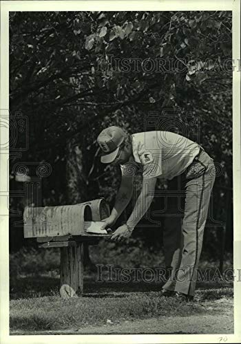 Vintage Photos 1982 Press Photo Mailman Jim McKellop Bends Over Short Mailbox in ()