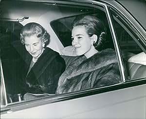 Vintage photo de Ingrid, reina de Suecia y su hija dentro de un coche.