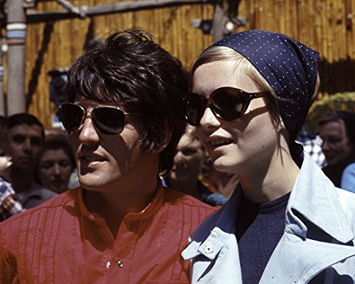 Twiggy Wearing Sunglasses - 10