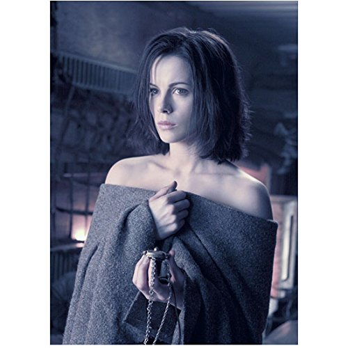 Underworld 8x10 Photo Kate Beckinsale Wrapped Only in Blanket Holding Cylinder on Chain kn - Chain Cylinders