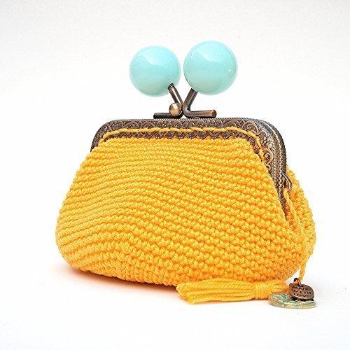 Monedero de ganchillo amarillo con boquilla metálica cuadrada y bolas azules
