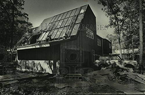 1977 Press Photo Shadows cover solar collectors of solar energy powered house - Historic Images