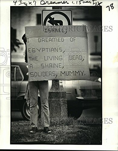 1981 Press Photo Harrison James Brown with a sign at Poydras St. & Loyola - Poydras St