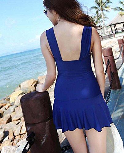 El pecho pequeño femenino agraciado recolecta la ropa de la natación, azul marino