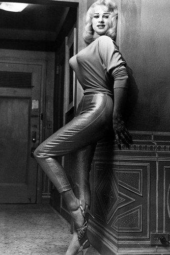 (Mamie Van Doren 11x17 Mini Poster sexy leggy pin up pose)