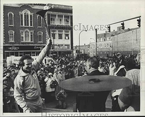 (1980 Press Photo Michael Luce with Lake Placid Olympics torch in New York)