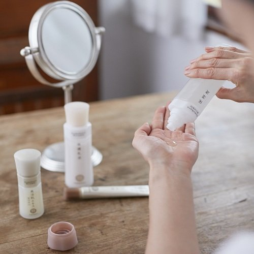 ドモホルンリンクルの化粧水を使う女性