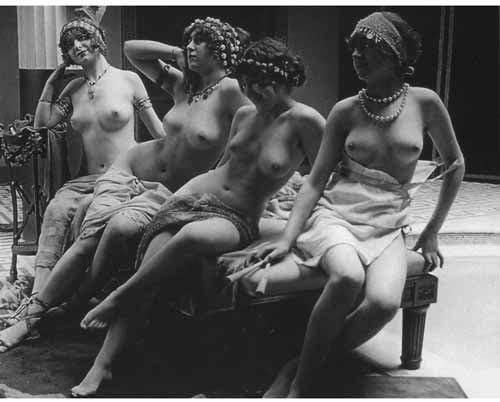 品質デジタル印刷のヴィンテージの写真 – ヌードBurlesque Girls on Couch。 M 8160LUBWM