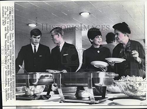 1967 Press Photo David Robb and family at National Press Club lunch, Washington - Historic Images