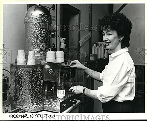 1985 Press Photo Juliana Butler on espresso-style coffee, Vancouver Mall - Mall Stores Vancouver
