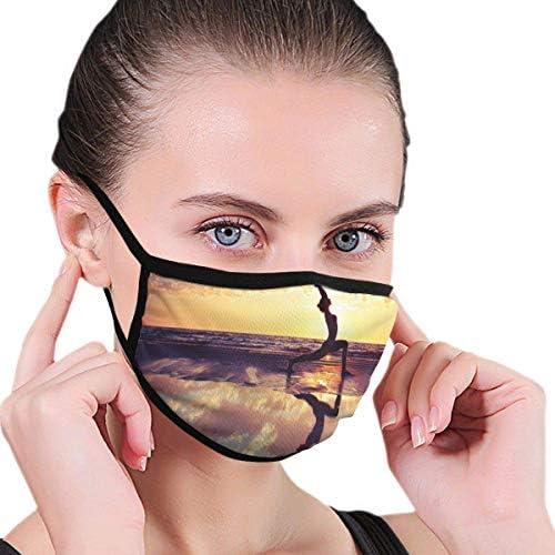 Bequeme Winddichte, Frau, die Yoga am Strand praktiziert Dramatischer Himmel Wasserreflexionsbild, gedruckte Gesichtsdekorationen für Erwachsene