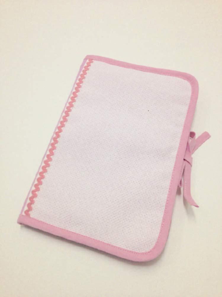Protège carnet de santé a broder au point de croix, tissu rose 100% coton