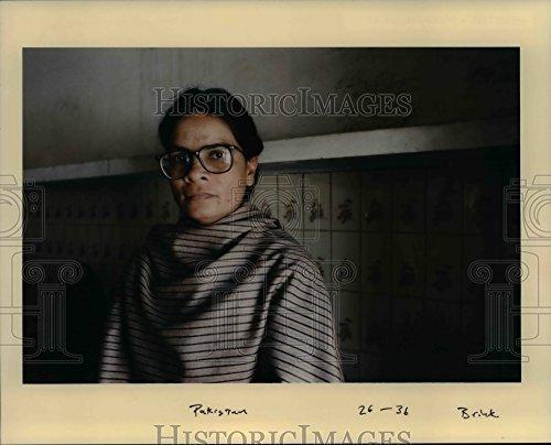 1998 Press Photo Pakistani woman keeps her strong faith - - Pictures Female Pakistani