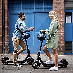 Un homme et une femme sur des trottinettes électriques Segway G30