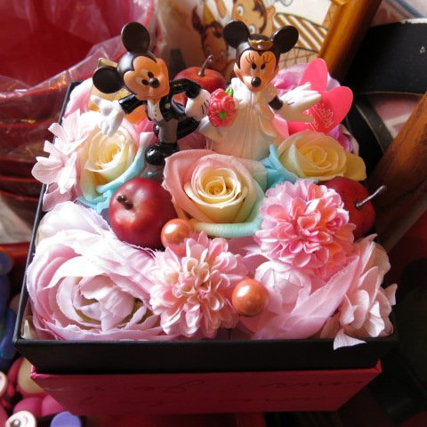 結婚祝い ディズニー フラワーギフト レインボーローズ プリザーブドフラワー ウェディングB  ミッキー ミニー プリザーブドフラワーフレンチボックス りんご 入り  結婚祝いプレゼント記念日の贈り物におすすめのフラワーギフト プレゼント先へのお届け 配送日指定も可能です B00JBI6D08