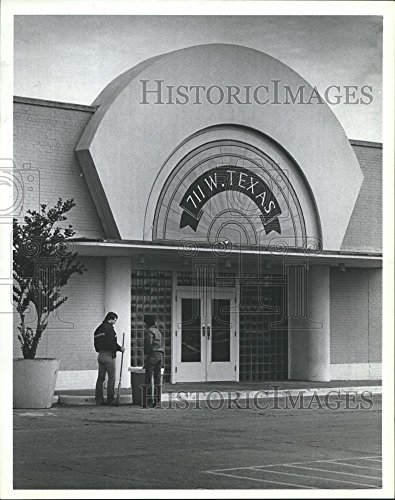1985 Press Photo Workers sweep up outside the Old Sears store in Baytown - Stores Baytown
