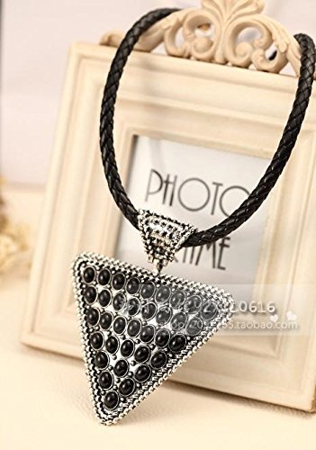Cluster Museum (Korean decorative fashion museum in Europe and America retro leather collar triangle alloy insert rivets women girls clavicle chain necklace pendant new)