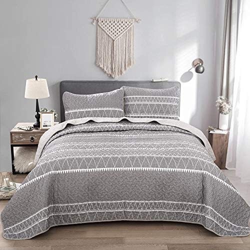 Grey Quilt Set Queen, Gray Striped Triangle Pattern Printed Bedspread Coverlet, 3 Pieces (1 Quilt + 2 Pillowcases), Soft Microfiber Bedding Quilt Coverlet for All Season 90 * 90 inches (Quilt Sets Queen)