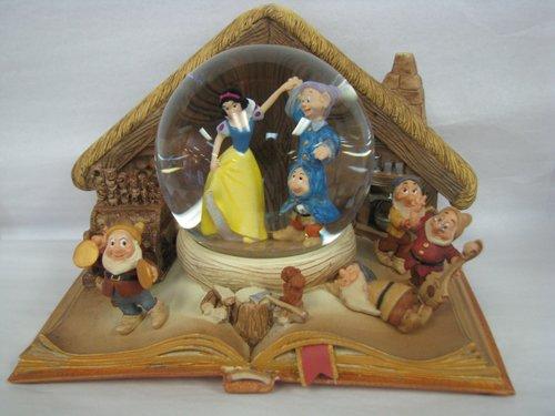 Hallmark Disney Collection CLX2004 Snow White Water Globe