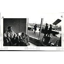 1985 Press Photo Adam Simon John Simon Watch Pilots Walk Picket Line At Airport