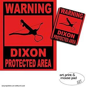 Set Regalo: 1 Póster Impresión Artística (50x40 cm) + 1 Alfombrilla para Ratón (23x19 cm) - Zombies, Warning Dixon Protected Area
